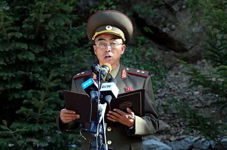 """Pohjois-Korean ydinaseinstituutin varajohtaja Kang Kyung-ho luki ääneen lausunnon """"räjäytysseremonian"""" yhteydessä."""