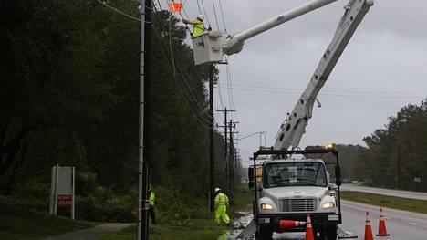 Päivän mittaan sähkölinjoja on paikka paikoin päästy korjaamaan.