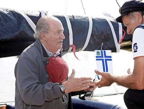 Juan Carlos sai viirin paikalliselta venekerhon kommodorilta Kalle Niemeltä.