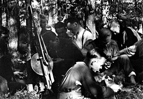 Mauno Koivisto lepotauolla jatkosodan aikana kesällä 1944. Koivisto on keskellä valkoisessa paidasa. Kuva on otettu Tolvajärven pohjoispuolella