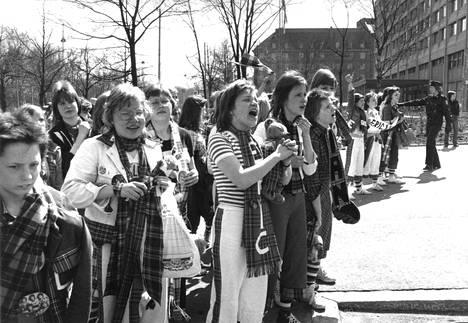 Bay City Rollersin faneja Helsingissä vuonna 1976.