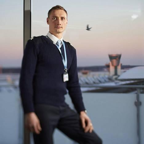 Hannu Manninen kuvattuna Helsinki-Vantaan lentoasemalla 2014.
