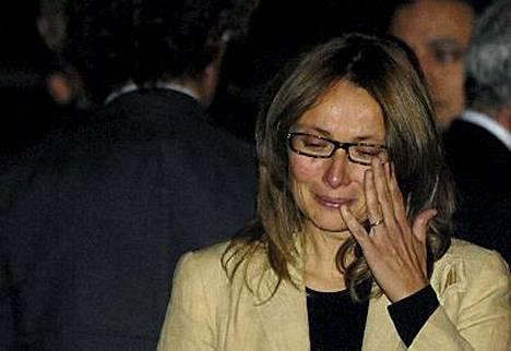 Nicoletta Mantovani saattoi miehensä Luciano Pavarottin arkun Modenan katedraalille.