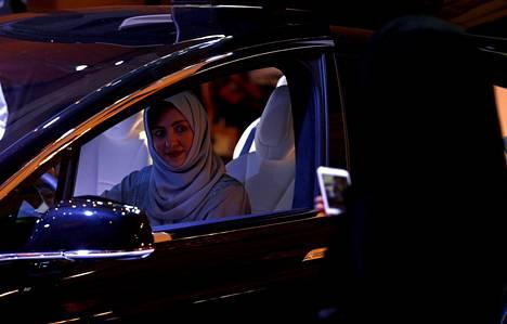 Saudinaiset pääsevät ensi kesänä auton rattiin. Jo lokakuussa he pääsivät tutustumaan ajoneuvoihin autonäyttelyssä Riyadhissa.