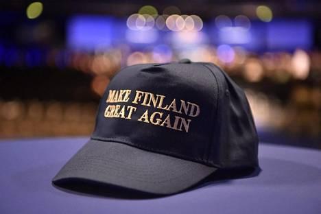 Make Finland great again -lippis pöydällä perussuomalaisten puoluekokouksessa.