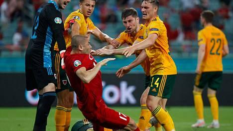 Burak Yilmaz sai kyytiä Walesin pelaajilta.