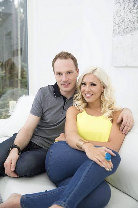Jari-Matti Latvala ja Maisa Torppa poseerasivat IS:lle vuosi sitten keväällä kotonaan Vantaalla.