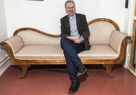 Klaus Ranta Psykiatriakeskuksen sohvalla, joka on perua vanhasta Lapinlahden sairaalasta.