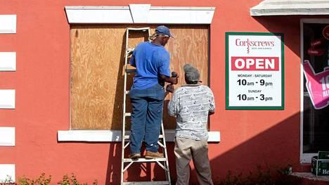Asukkaat valmistautuivat hurrikaaniin Flatts Villagessa Bermudalla.