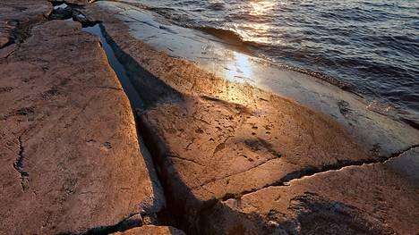Peri Nosin niemekkeellä Äänisten rannalla on satoja kalliopiirroksia.