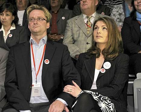 Jungnerit jännittävät puoluekokouksessa, tuleeko Mikaelista SDP:n puoluesihteeri vai ei.