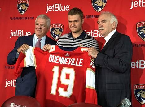 Vasemmalta lukien GM Dale Tallon, kapteeni Aleksander Barkov sekä Joel Quenneville keväällä 2019 lehdistötilaisuudessa, jossa tiedotettiin Quennevillen nimityksestä päävalmentajaksi.