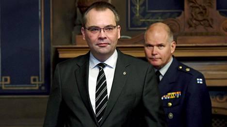 Puolustusministeri Jussi Niinistö ja puolustusvoimain komentaja kenraali Jarmo Lindberg 229. valtakunnallisen maanpuolustuskurssin avajaisissa.