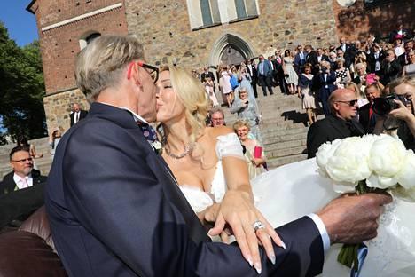 Tuore aviopari suukotteli onnellisena matkallaan juhlapaikalle.