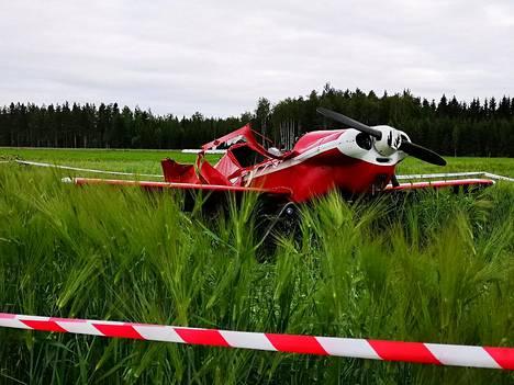 Pellolle päätyneen pienkoneen lentäjä kuoli.