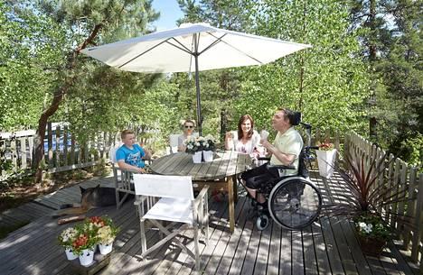 Mikkosten perhe nautti auringosta kotiterassillaan toukokuussa 2014.