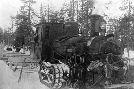 Samperin veturi vetää perässään puukuormaa Tulppion maisemissa joskus vuoden 1913 tietämillä.