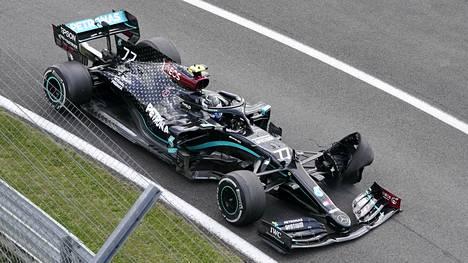 Valtteri Bottas menetti 18 tärkeää MM-pistettä eturenkaan petettyä Britannian GP:n loppuhetkillä.
