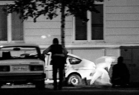 Panttivangeista kaksi pääsee pakoon hiukan ennen kuin poliisi avaa tulen.