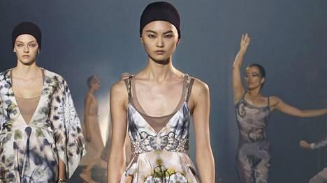 """Diorin näytöksessä """"tie-dye"""" eli solmuvärjäys- ja batiikkikuositrendi näytti tältä."""
