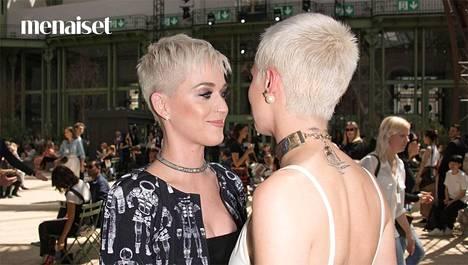 Katy Perry (vas.) ja Cara Delevingne huomasivat olevansa tukkakaksoset viime viikolla Chanelin muotinäytöksessä.