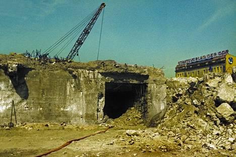 Hitlerin bunkkerin sisäänkäynti oli Valtakunnankanslian pihalla.