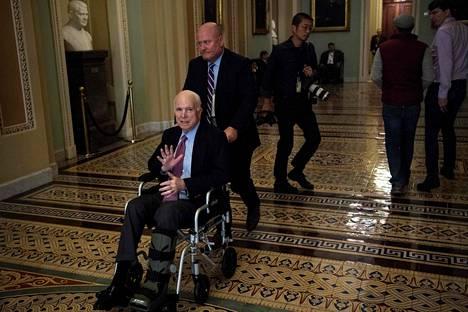 Viime joulukuussa aivosyöpä oli vienyt McCainilta jo kävelykyvyn.