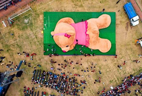 Ei mikään pikkunallukka.  Tällä 20 metriä pitkällä ja 4 tonnia painavalla pehmonallella pääsi Ennätysten kirjaan Meksikon Xonacatlanissa.