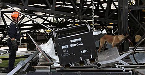Madonnan konsertti Marseillessa peruuntui lavan romahdettua kesken rakennustöiden. Kaksi ihmistä kuoli ja viisi loukkaantui onnettomuudessa.