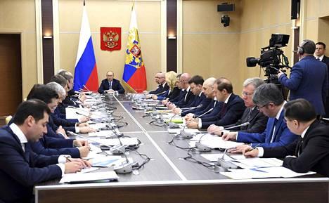 Venäjän presidentti Vladimir Putin pohti hallituksen kanssa koronavirukseen liittyviä varotoimia reilu viikko sitten.