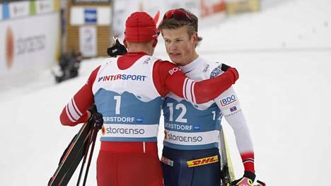 Aleksandr Bolshunov (vas.) halasi Johannes Hösflot Kläboa voitettuaan maailmanmestaruuden yhdistelmäkilpailussa.