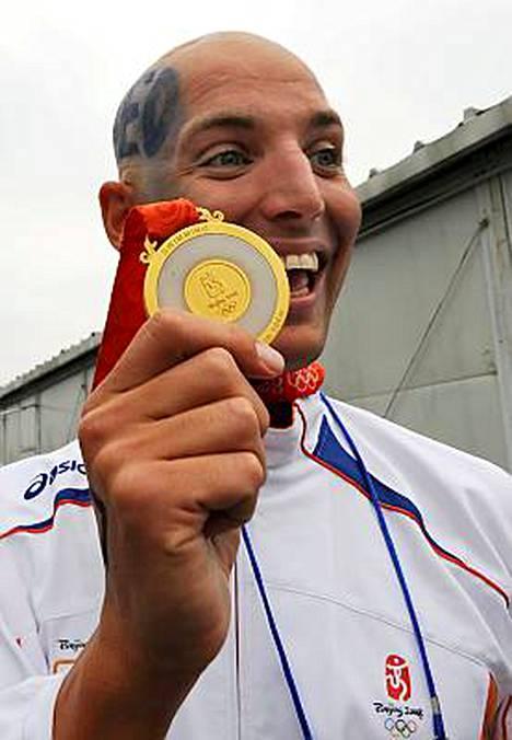Maarten van der Weijden iloitsi saatuaan käsiinsä olympialaisten kultamitalin.