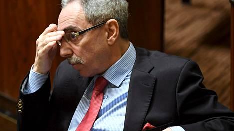 Täysituntokeskustelua kuunteleva Ben Zyskowicz ei usko, että vastikkeeton perustulomalli olisi kustannettavissa nykyisillä sosiaaliturvamenoilla.