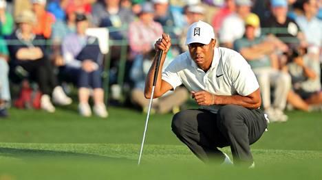 Tiger Woods selvisi niukasti jatkoon Mastersissa – Patrick Reed kisan kärjessä