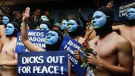 Alastomat yliopisto-opiskelijat vastustivat entisen diktaattorin Ferdinand Marcosin hautaamista kansalliselle hautausmaalle Manilassa perjantaina.