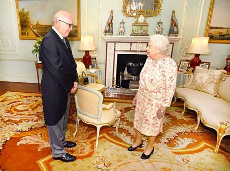 Sukurakkaalla kuningatar Elisabet II:lla on edustustiloissaan perheenjäsentensä valokuvia. Nyt oman tyttären prinsessa Annen ja tämän aviomiehen Timothy Lawrencen potretti on saanut väistyä.