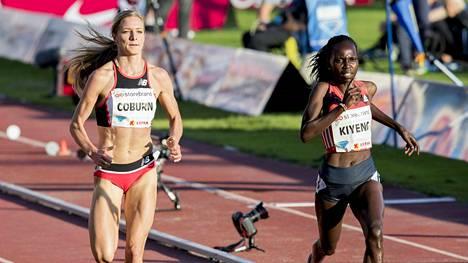 Emma Coburn (vas.) ja Hyvin Kiyeng ratkoivat naisten 3000 metrin esteiden voiton Oslon Timanttiliigassa.