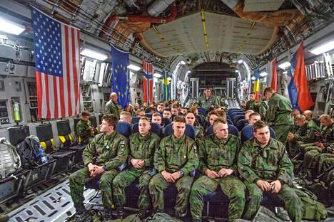 Merivoimien harjoitusjoukossa on noin 80 henkilöä Uudenmaan prikaatin rannikkojääkärikomppaniasta. Kuva kuljetuskoneen sisältä.