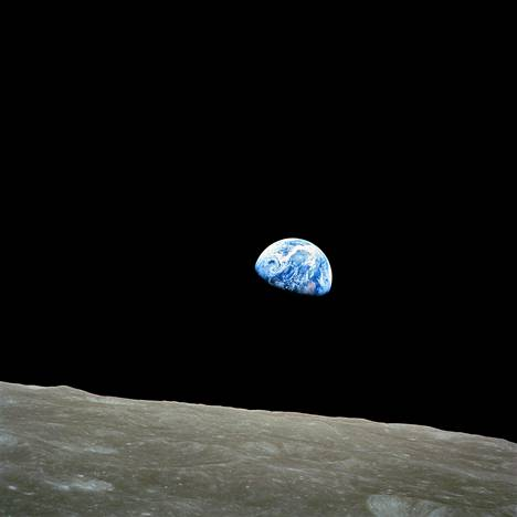 """Ensimmäinen ikuistettu maannousu taltioitiin Apollo 8:n lennolla. Valokuvan otti astronautti William """"Bill"""" Anders kuun kiertoradalta jouluaattona 1968. Kuvassa maa on kallellaan noin 135 astetta siten, että etelämanner on noin kello 10:n kohdalla. Anders käänsi kuvatessaan kameraa, jotta kuun kamara tulisi vaakatasoon eikä pystyyn."""