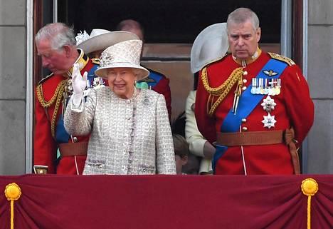 Kuningatar Elisabet piti kriisipalaverin prinssi Andrew'n kanssa. Keskiviikkoiltana prinssin syrjään siirtymisestä ilmoitettiin tiedotteella.