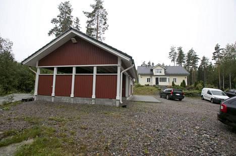 Poliisi huutokauppaa netissä Jari Aarnion Porvoon omakotitaloa. Kiinteistöllä sijaitsee vuonna 2017 valmistunut asuinrakennus sekä talousrakennus.