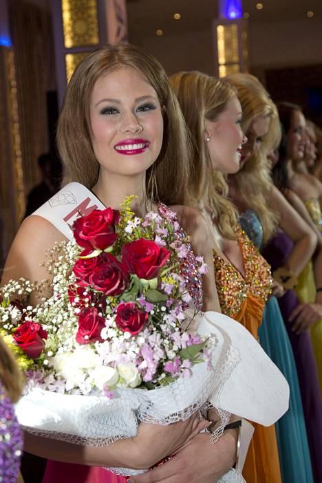 Lotta Heikkilä valittiin vuoden 2014 Miss Suomi kisoissa lehdistön ihannetytöksi ja Turkin missikiertueella Miss Alanyaksi.