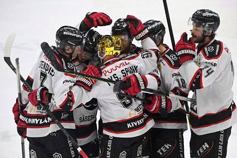 Ässien pelaajat juhlivat kesken jääneen SM-liigakauden HIFK:ta vastaan pelatussa ottelussa Helsingissä 27. helmikuuta 2020.