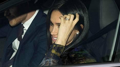 Meghan ja Harry kuvattiin keskiviikkona saapumassa kuningattaren jouluillalliselle.