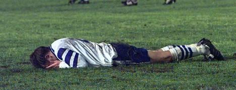 Harri Ylönen hautasi kasvonsa stadionin nurmeen Unkarin tasoitusmaalin jälkeen.