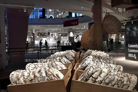 Muji myy vajaan sadan suomalaisen pienyrittäjän tuotteita myymälässä.