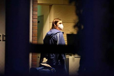 Krystsina Tsimanouskaja käveli Puolan suurlähetystössä Tokiossa maanantaina.