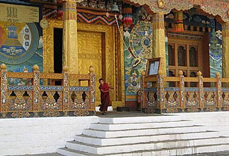 Bhutanin erikoisuus ovat luostarilinnoitukset, dzongit, joista komein on Punakhassa. Bhutanilainen voi vierailla dzongissa vain kansallispukuun pukeutuneena.