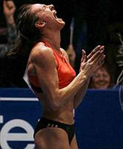 Jelena Isinbajeva paransi omissa nimissään ollutta ME:tä kahdella sentillä.