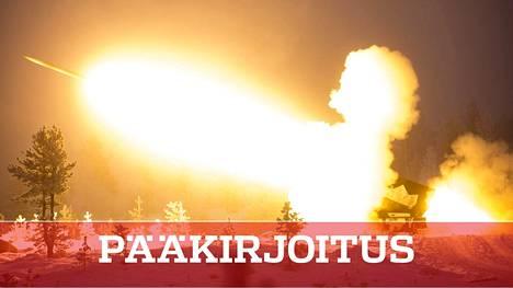 Puolustusvoimien järeä raketinheitin työssään Rovajärven ampuma-alueella.
